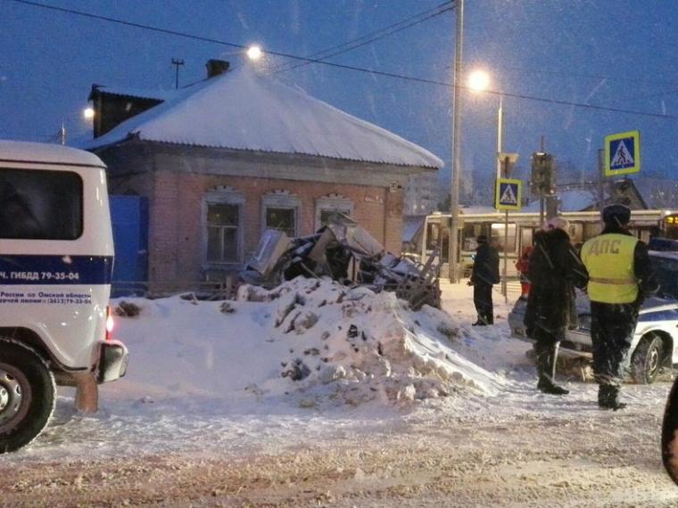 Ночное ДТП: ВОмске легковую машину зажало между грузовым автомобилем идомом