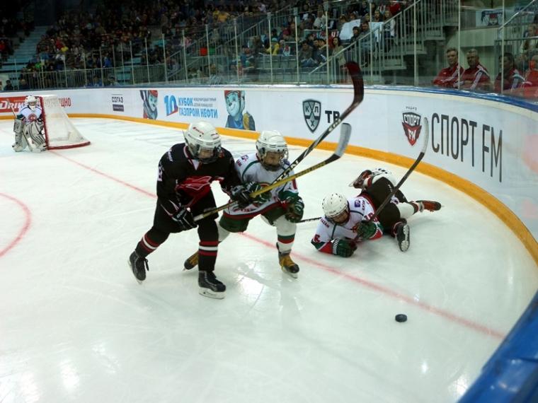 Авангард разгромил Ак Барс на открытии детского хоккейного турнира