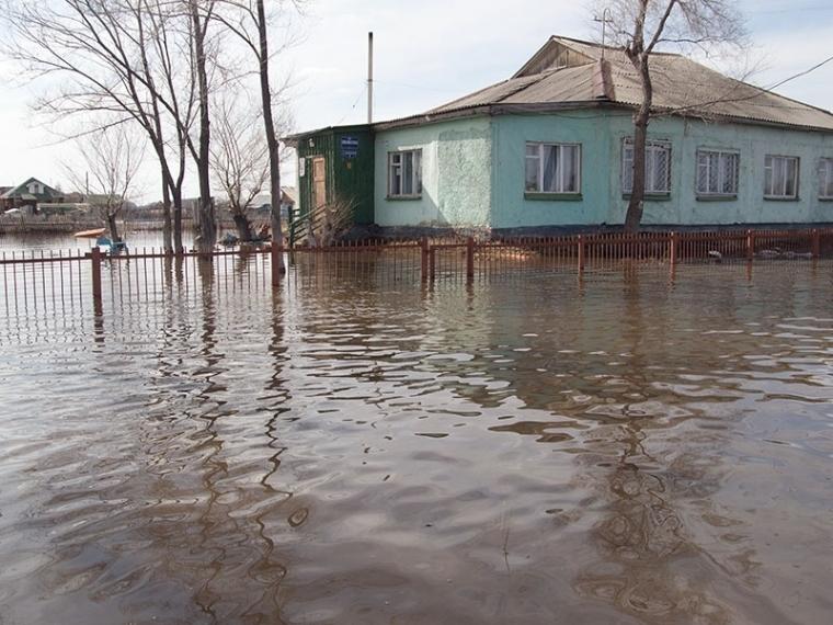 Работники МЧС срочно эвакуируют граждан Северо-Любинского поселка из-за затопления