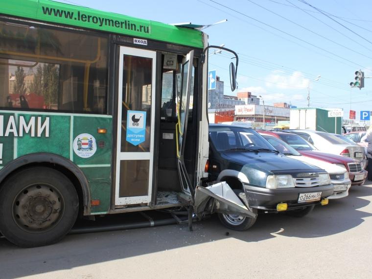 ВОмске автобус столкнулся с12 автомобилями