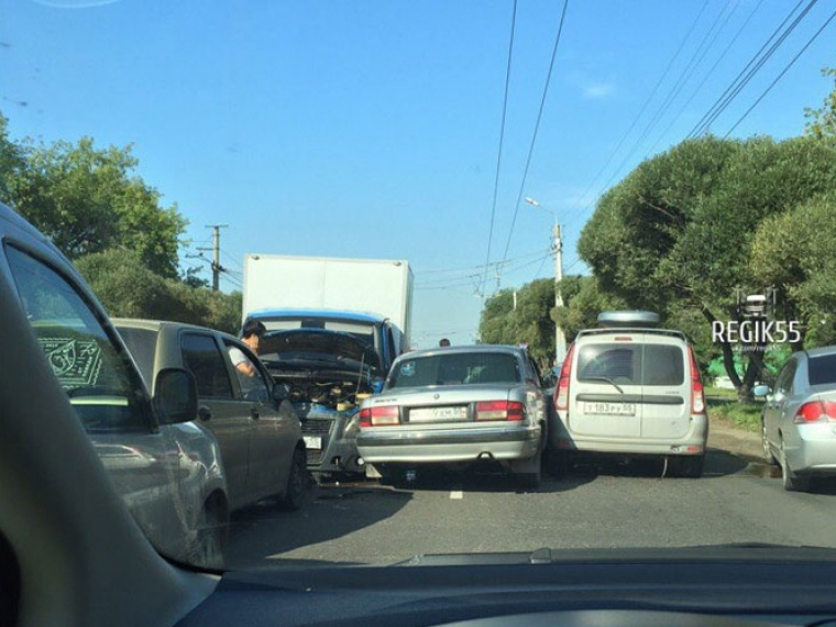 ВОмске наулице Лизы Чайкиной столкнулись семь авто
