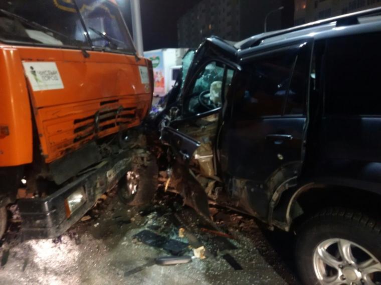 ВОмске лоб влоб столкнулись КамАЗ-мусоровоз и«Тойота Лэнд Крузер»