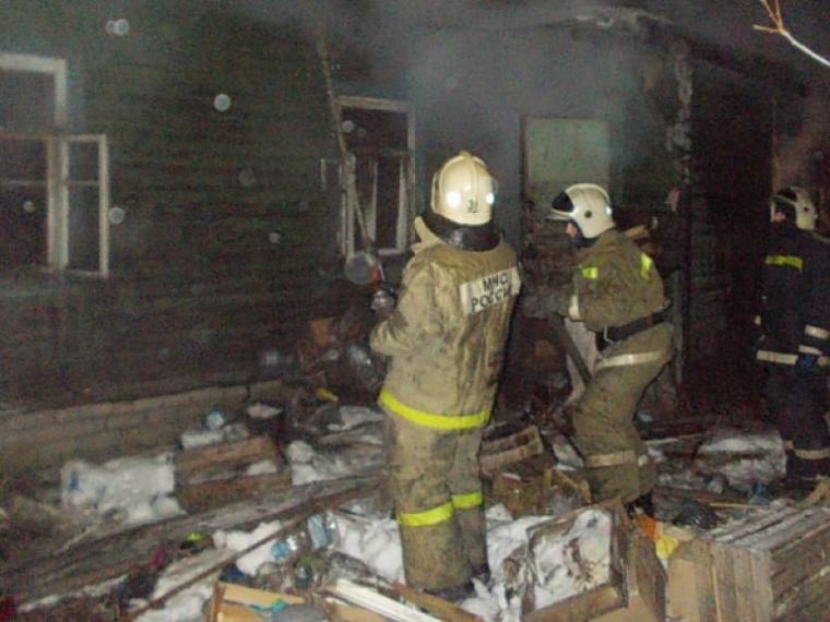 ВОмске пожарные спасли изогня 8-летнего ребенка, запертого вдоме