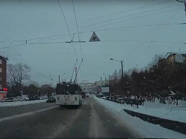 ВОмске троллейбус заскользил наспуске свиадука