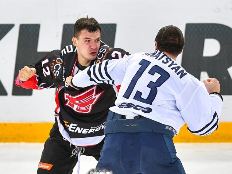 Защитник «Авангарда» Меньшиков пропустит матч с«Югрой» из-за потасовки