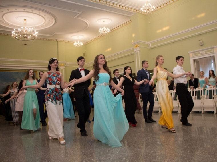 Омские школьники станцуют вальс именуэт набалу встиле 19-го века