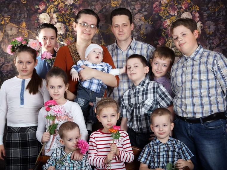 Многодетная семья изОмска получила награду ипоощрение от В. Путина