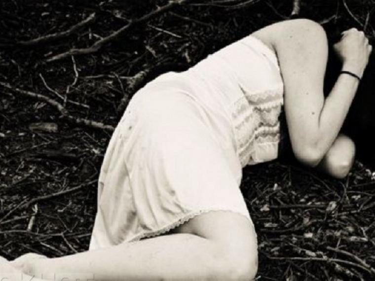 В частном секторе Омска насильник-рецидивист жестоко избил и изнасиловал школьницу