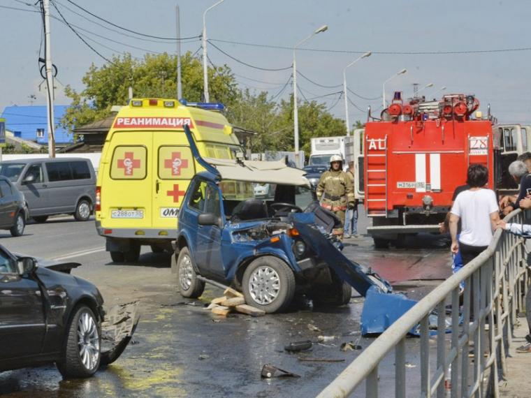 Размещено видео смертоносного столкновения «Мерседеса» сВАЗом наГерцена