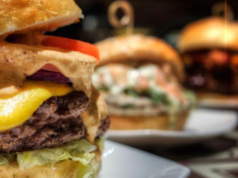 Специалисты подсчитали, сколько бургеров может на заработную плату приобрести нижегородец