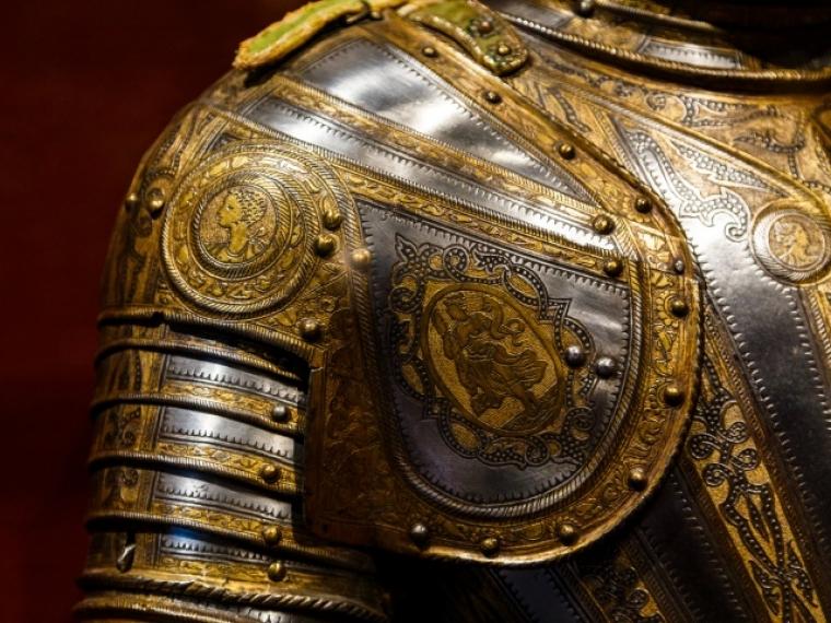 В Омске покажут рыцарские шлемы щиты и кирасу из Эрмитажа
