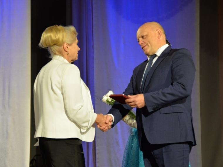 Омский губернатор поручил Министерству здравоохранения быстрей выдавать детям справки