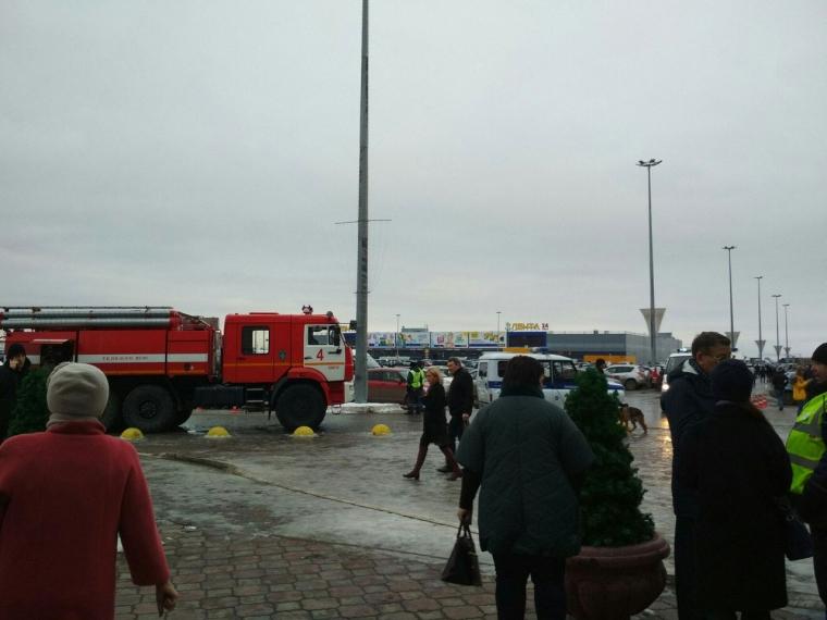 В Омске массово эвакуируют посетителей крупных торговых центров