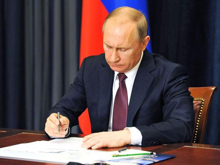Президент Путин подписал закон о ежемесячных выплатах при рождении ребенка