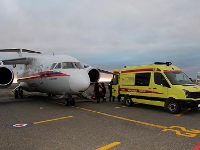 Троих пострадавших при взрыве газа срочно везут в столицуРФ спецбортом МЧС