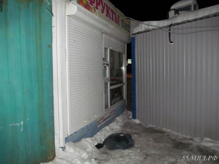 Ночью вОмске пара обчистила киоск совощами ифруктами
