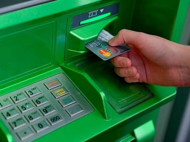 Сбанковской карты омской пенсионерки мошенник похитил 18 тыс.  руб.