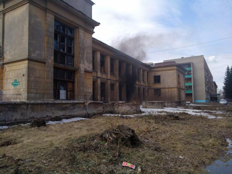 В Омске горело бывшее здание библиотеки агроуниверситета