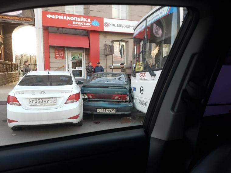 У водителя автобуса, протаранившего шесть автомобилей в центре Омска, оторвался тромб