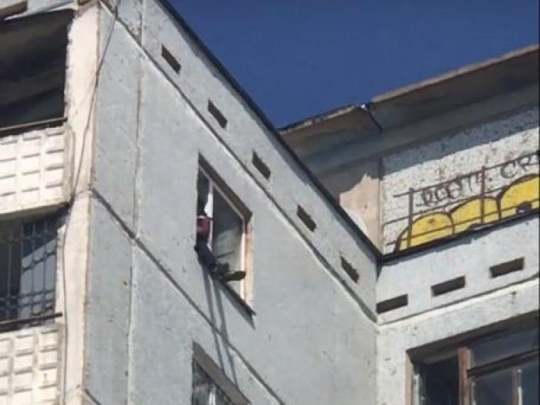 На набережной Тухачевского омич пытается cпрыгнуть с 14-го этажа