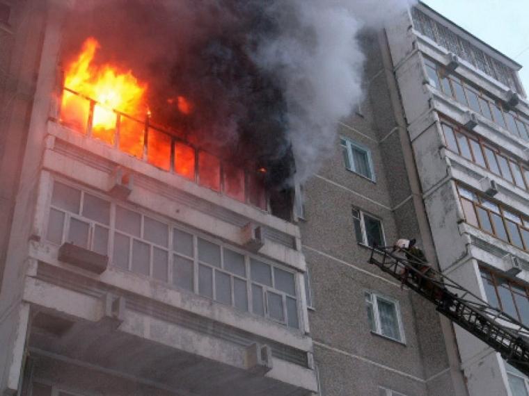 В Омске из горящего дома самостоятельно выбрались семь человек