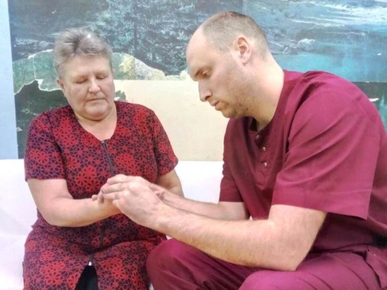 Омский микрохирург помог вернуть работоспособность пациентке из Большеречья