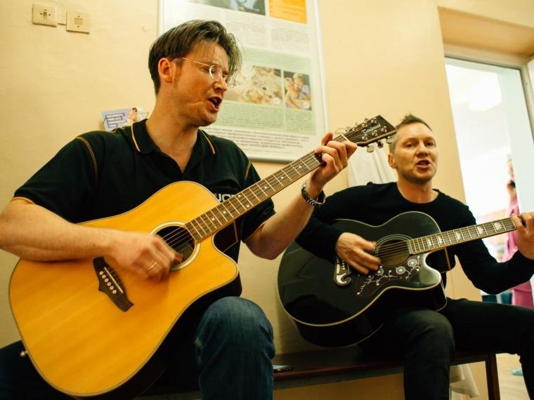 Омские рок-музыканты устроили концерт в коридоре хосписа