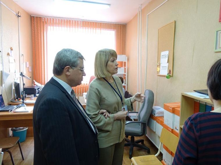 Олег Смолин посетил ЕГЭ по математике в гимназии № 150