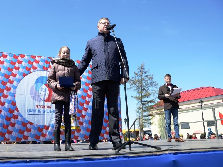 На форуме «Россия начинается с тебя» Александр Бурков наградил девочку, спасшую из огня брата и сестру