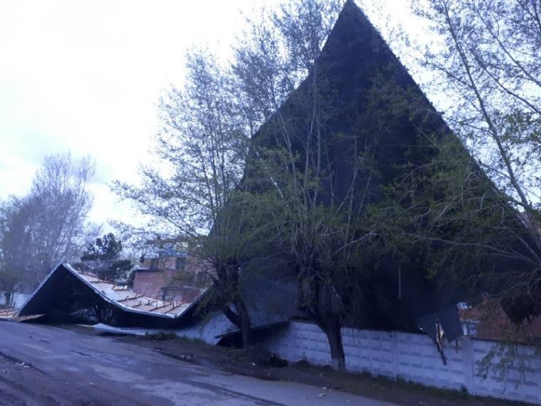 В Омск ураган унес крышу со здания на Универсальной базе