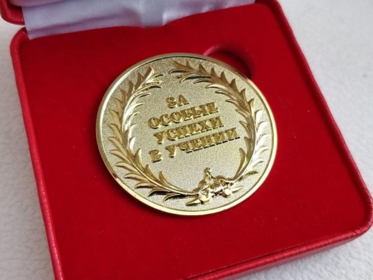 За особые успехи в учебе медали получат 530 омских выпускников