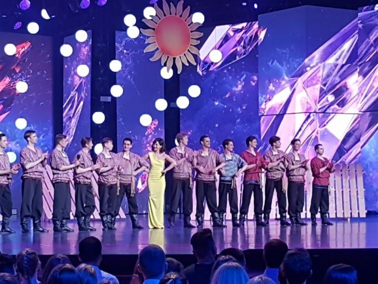 Бурков поздравил танцоров Омского хора с удачным выступлением в шоу «Лига удивительных людей»