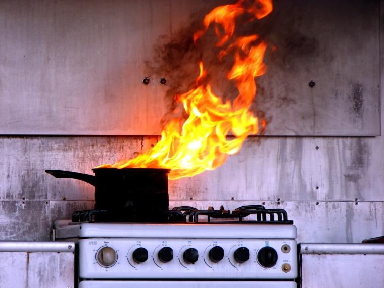 Разлившего на раскаленную плиту масло омича признали виновным в гибели пяти человек