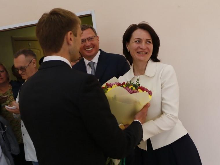 Оксану Фадину поздравили с днем рождения цветами и танцем