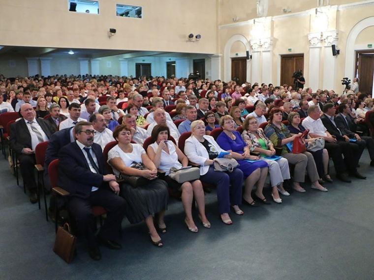 Омские учителя пригласили на августовский педсовет главу региона
