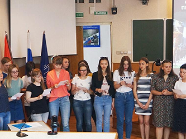 Иностранные студенты научились в Омске лепить пельмени и лечиться грязью
