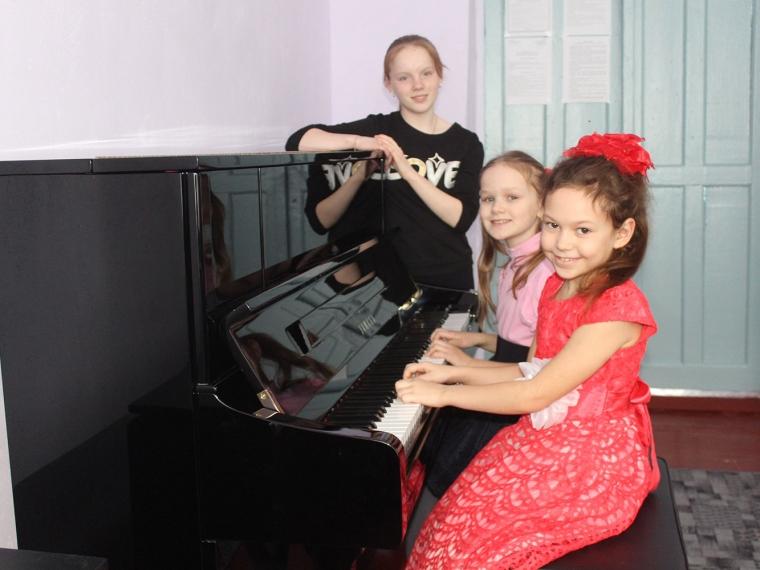 Омский минкульт приобрел для Знаменской школы искусств новое пианино #Культура #Омск