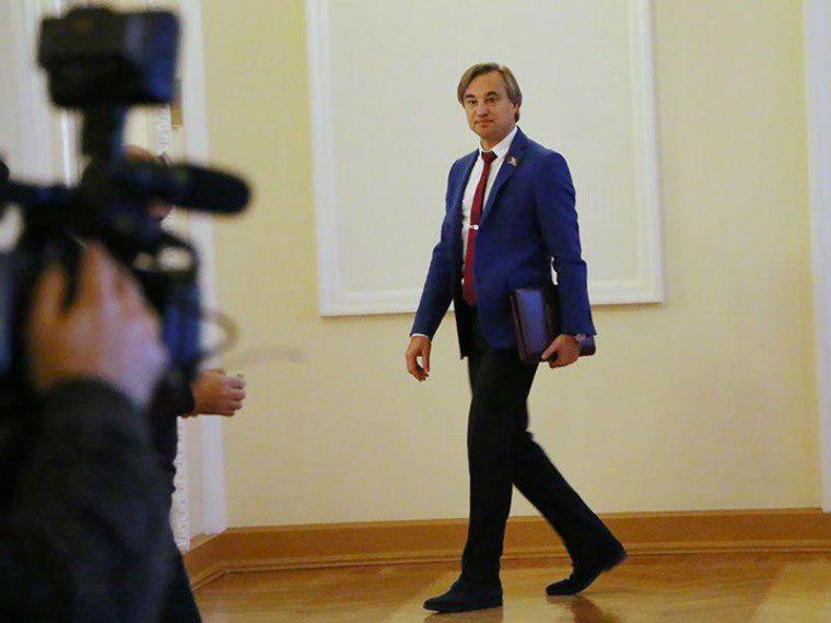 Омского депутата Калинина позакону лишат мандата