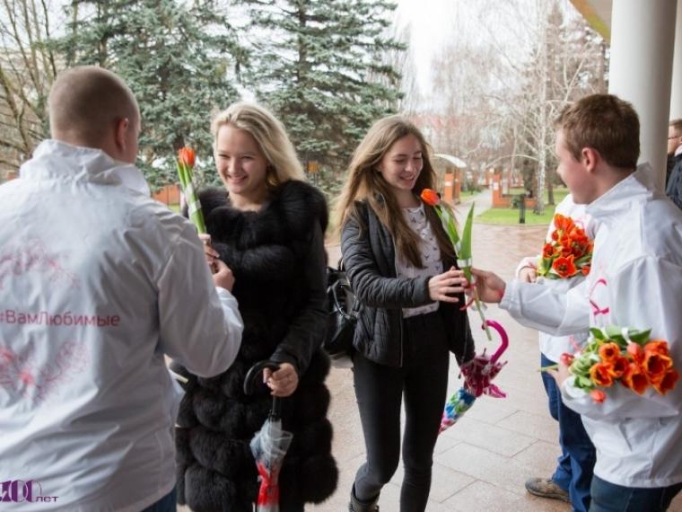 Омские волонтеры 8 марта будут дарить женщинам цветы #Культура #Омск