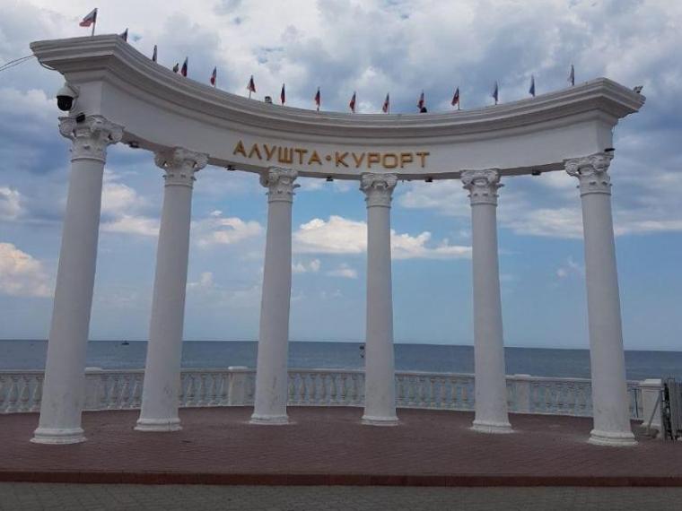 Омская учительница химии хотела отдохнуть в Крыму и нарвалась на мошенников