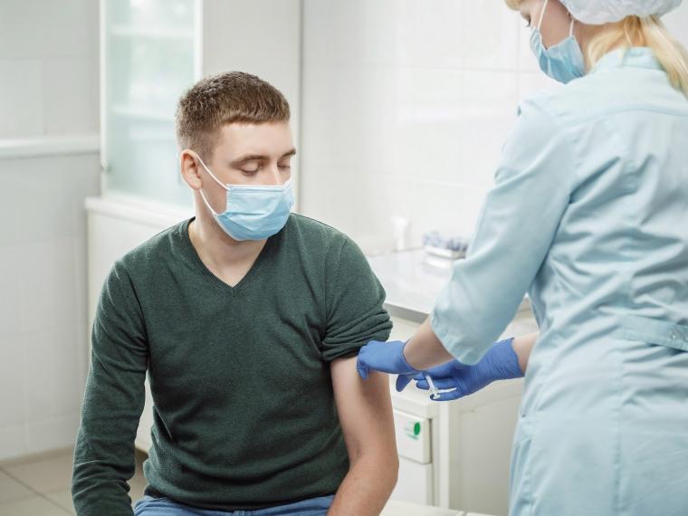 Сотрудники Омского НПЗ активно участвуют в вакцинации от COVID-19