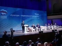 Медведев поддержал предложение уравнять в правах преподавателей допобразования со школьными учителями