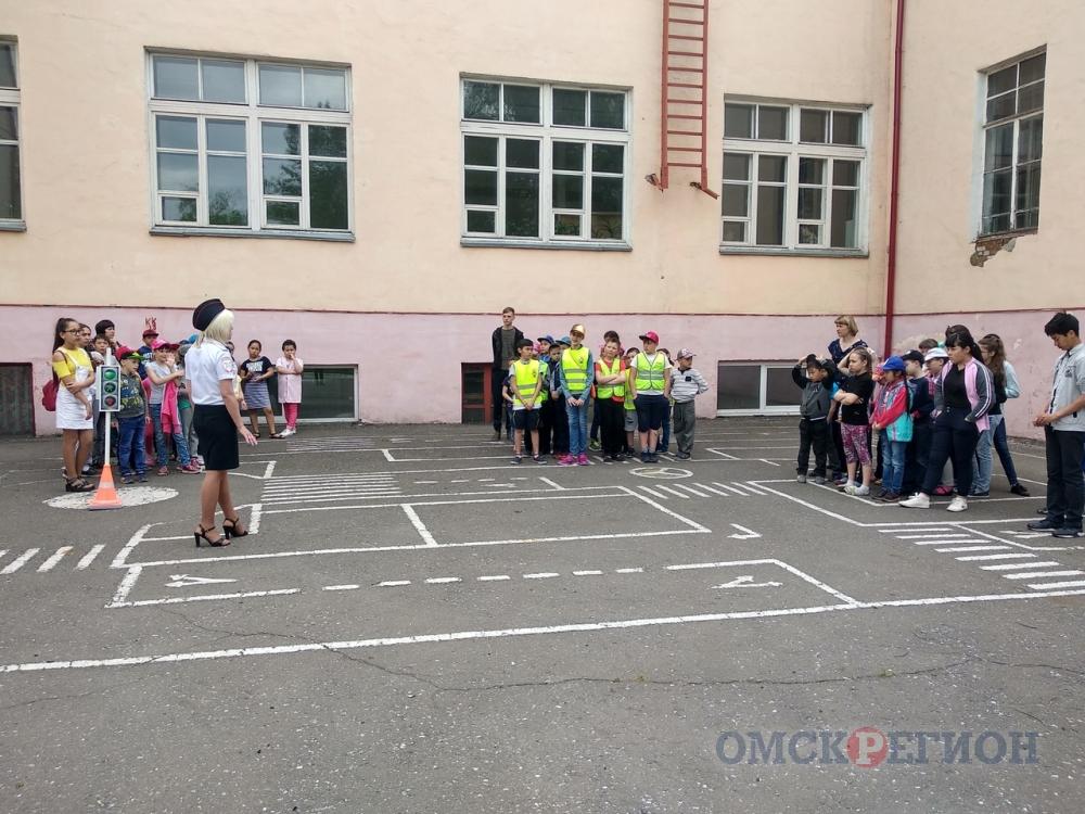 Омские полицейские устраивают дорожные квесты в парках и загородных лагерях