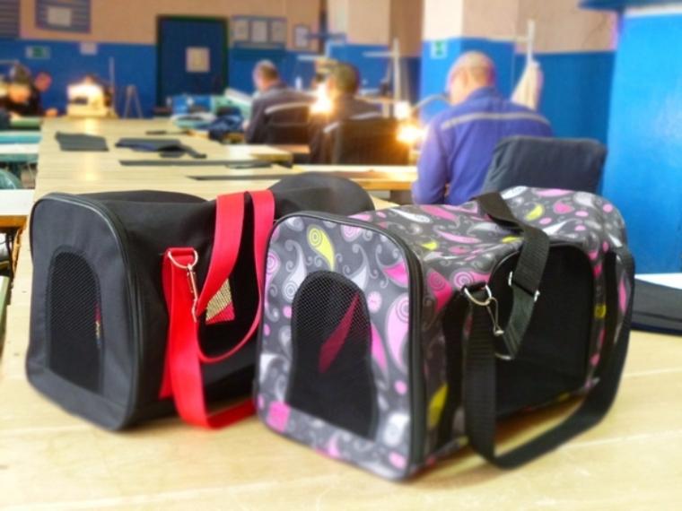 Заключенные омской колонии шьют сумочки илежанки для домашних животных