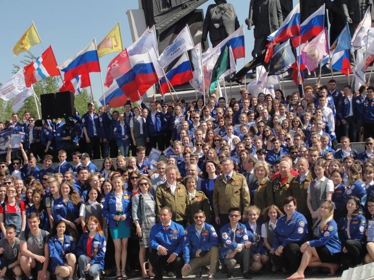 Бурков вручил знамена и трудовые путевки бойцам областного студотряда