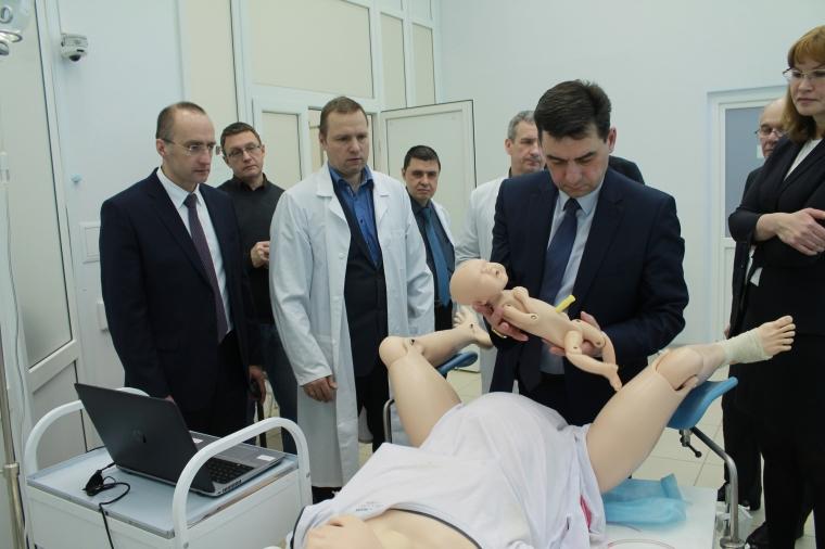 Министр здравоохранения и депутат Заксобрания провели операции в ОмГМУ на тренажерах