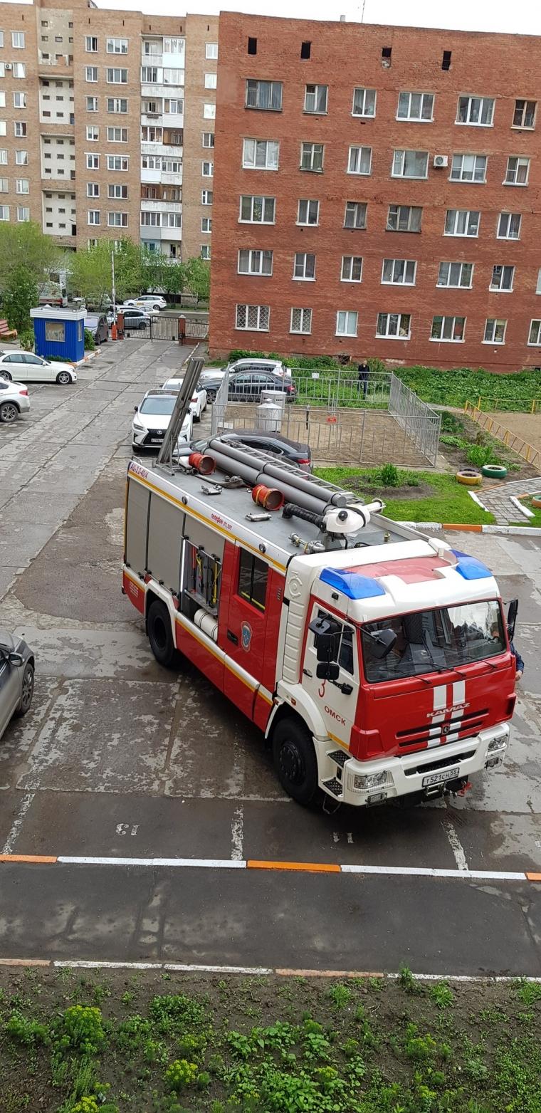 В Омске полуторагодовалая девочка выпала из окна на козырек подъезда