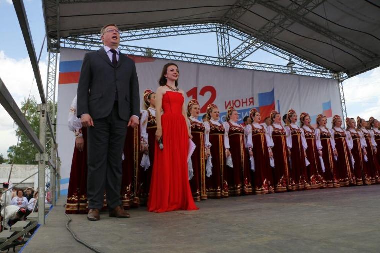 Участники парада национальностей спели в центре Омска гимн России