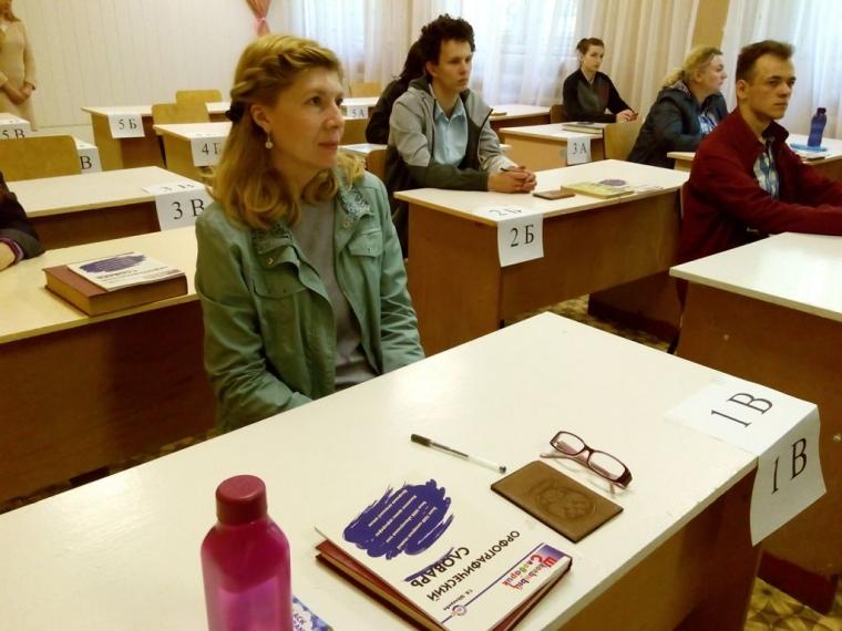 Под скрип авторучек: в Омске прошел выпускной госэкзамен для глухих