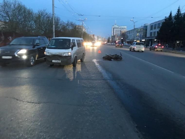 В центре Омска, у транспортной академии, сбили мотоциклиста